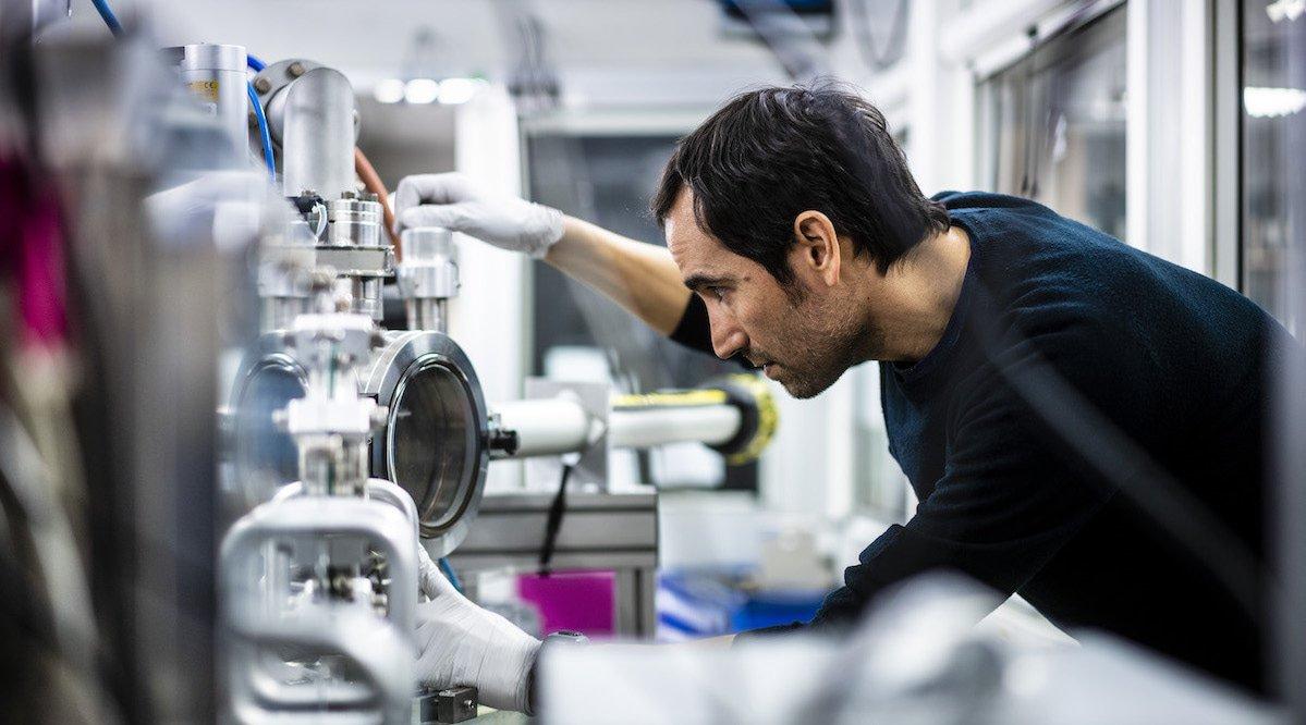 Hiram Castillo, scientifique ESRF sur la ligne de lumière ID21 du Synchrotron Européen de Grenoble